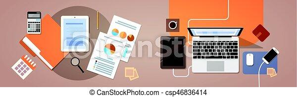 La computadora portátil de tablet con documentos de papel reporta gráfico financiero - csp46836414