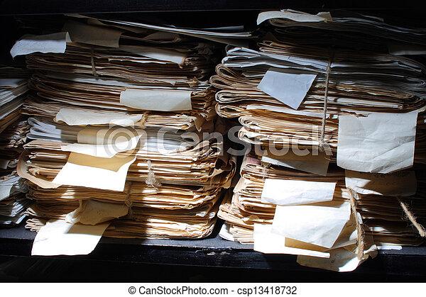 Documentos de papel archivados - csp13418732