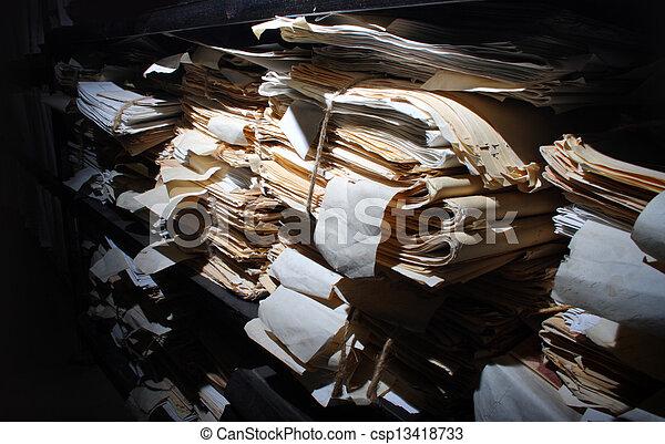 Documentos de papel archivados - csp13418733