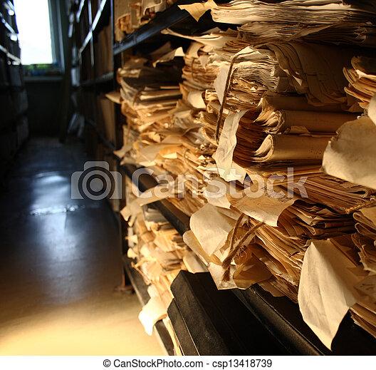 Documentos de papel apilados en el archivo - csp13418739