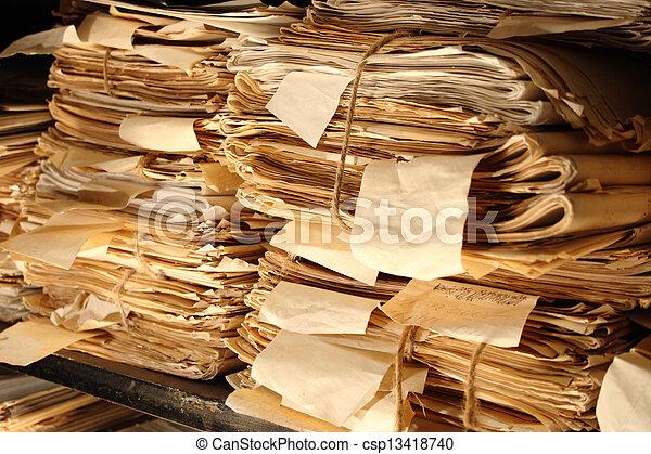 Documentos de papel apilados en el archivo - csp13418740