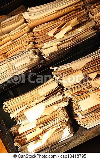 Documentos de papel apilados en el archivo - csp13418795