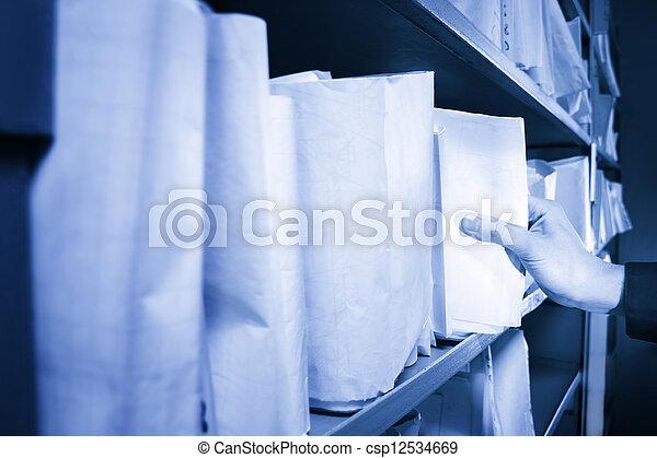 Documentos de papel apilados en el archivo - csp12534669