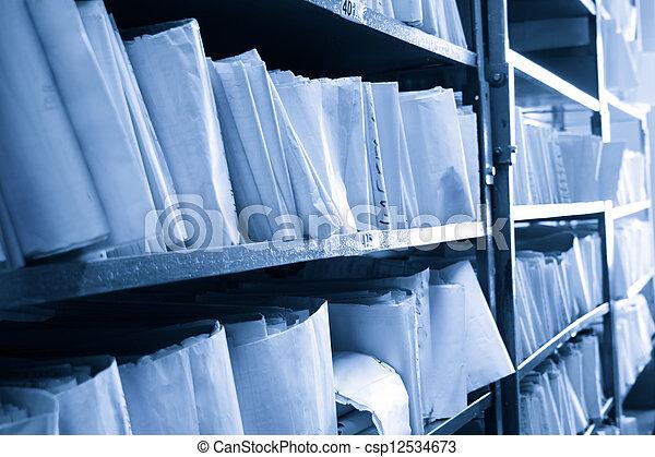 Documentos de papel apilados en el archivo - csp12534673