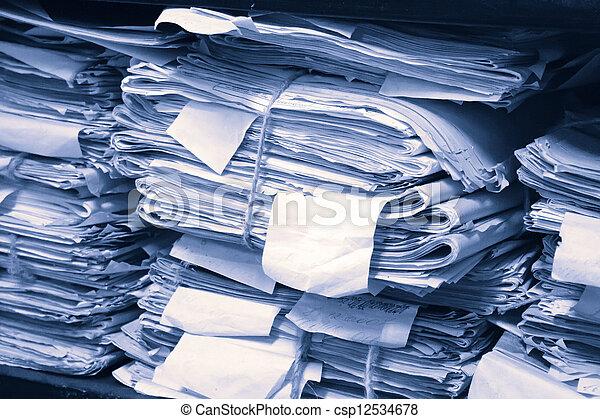 Documentos de papel apilados en el archivo - csp12534678