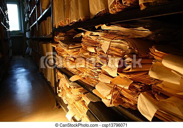 Documentos de papel apilados en el archivo - csp13796071