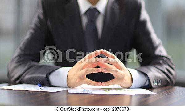 Hombre de negocios trabajando con documentos - csp12370673