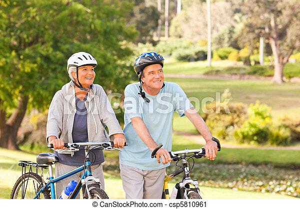 dojrzały, ich, para, rowery - csp5810961