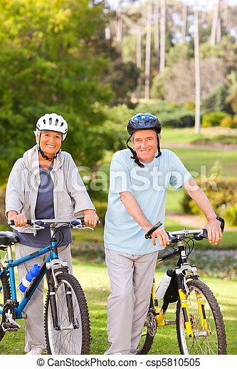 dojrzały, ich, para, rowery - csp5810505