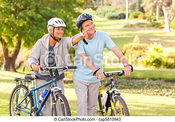 dojrzały, ich, para, rowery - csp5810943