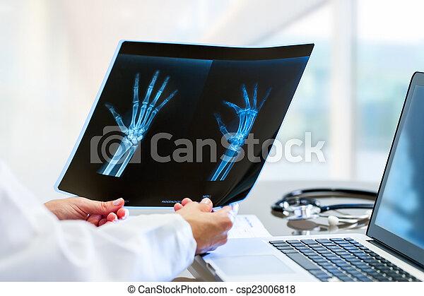 doktor, desk., halten hände, x strahl - csp23006818