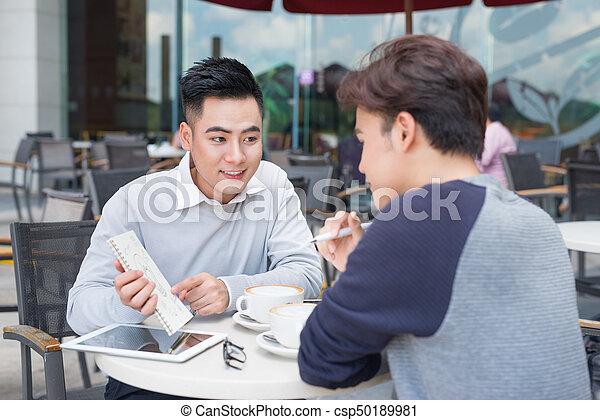 dokumenty, handlowy zaludniają, dwa, radosny, asian, dyskutując - csp50189981