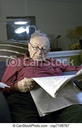 dolgozat, felolvasás, idősebb ember - csp7108767