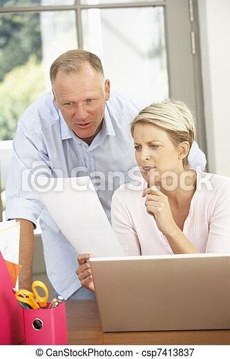 domů, dvojice, počítač na klín, pouití - csp7413837