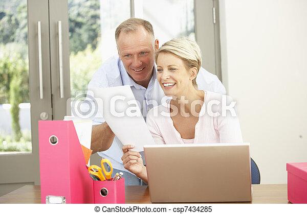 domů, dvojice, počítač na klín, pouití - csp7434285