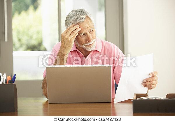 domů, počítač na klín, voják, starší, pouití - csp7427123