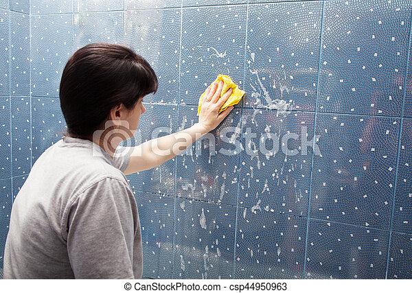 Donna lavaggio parete stoffa piastrella schiuma blu grigio