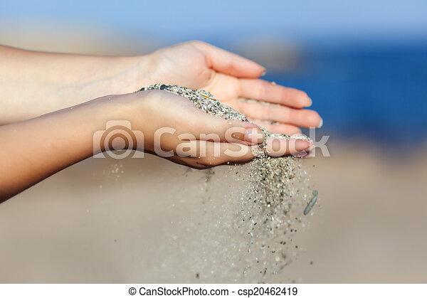 donna, lei, sabbia, attraverso, mani, cadere - csp20462419
