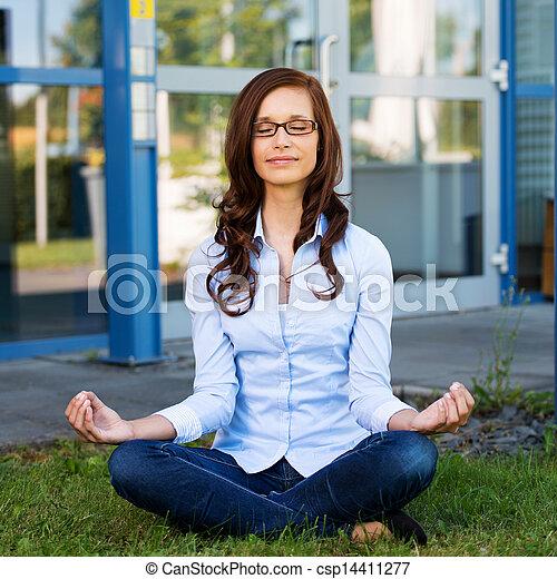 donna meditando, giovane, seduta - csp14411277