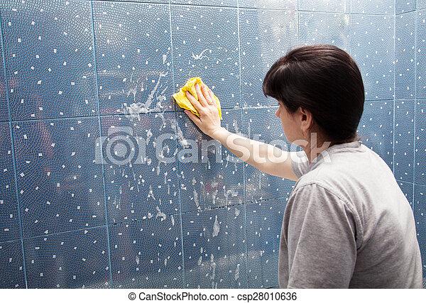 Donna parete stoffa piastrella lavare schiuma blu grigio