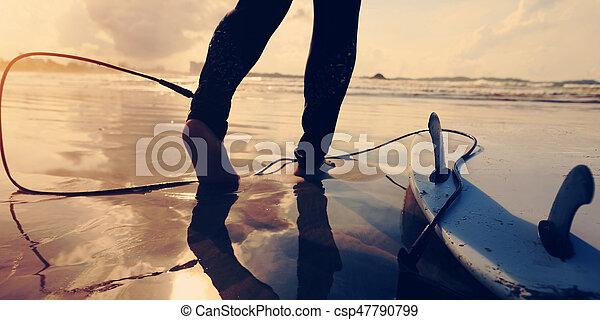 donna, surfboard, giovane, surfer, retro, spiaggia bianca, alba, vista - csp47790799