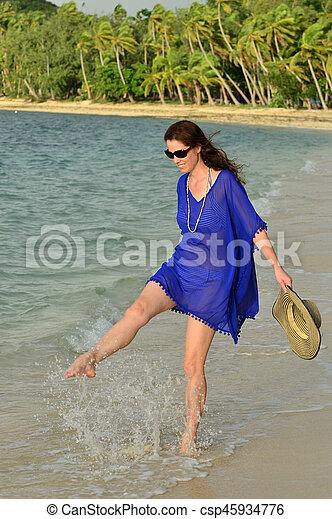 donna, turista, spiaggia, tropicale, camminare, lungo, figi - csp45934776