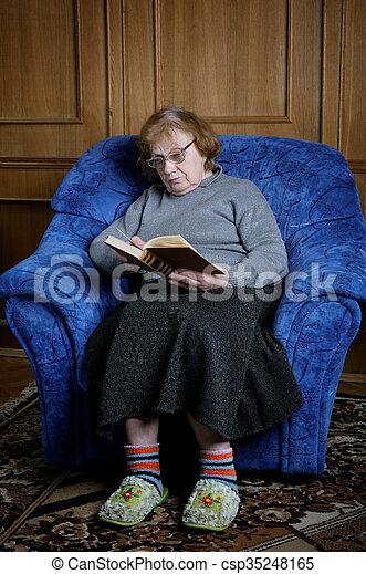 Leggere In Poltrona.Donna Vecchio Poltrona Leggere Libro Sedere