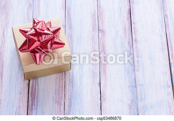 doosje, bruine , de markering van de gift, achtergrond., hout, rood, jaar, nieuw, kerstmis, lint, vrolijke  - csp53486870