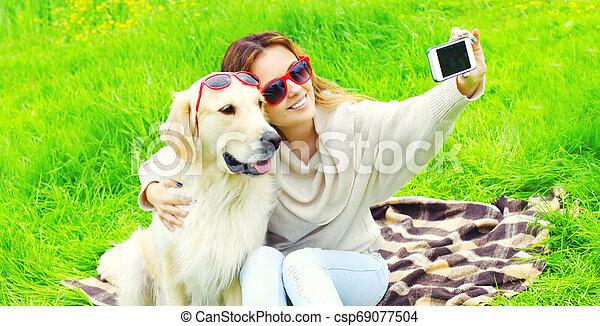 doré, femme, image, prendre, chien, jour, téléphone, été, sourire, retriever, selfie, heureux - csp69077504