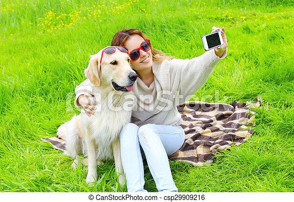 doré, smartphone, selfie, été, prendre, chien, femme, propriétaire, portrait, jour, retriever - csp29909216