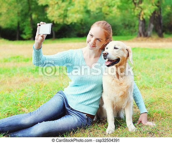 doré, smartphone, selfie, été, prendre, chien, femme, propriétaire, portrait, retriever, jour, heureux - csp32504391