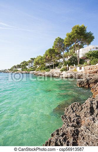 Cala d'Or, Mallorca - Genießen Sie das türkise Wasser am Strand von Cala d'Or - csp56913587