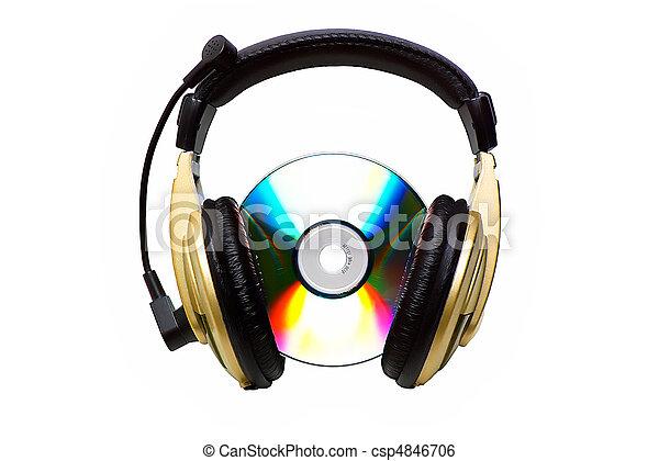 Un CD y un auricular dorado. - csp4846706