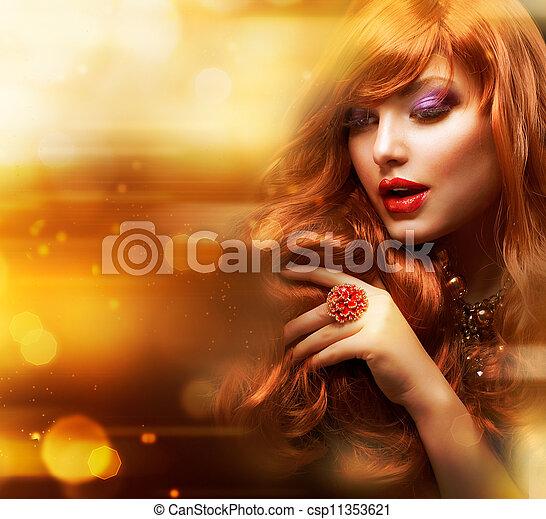 Un retrato de chica de la moda dorada. Pelo rojo ondulado - csp11353621