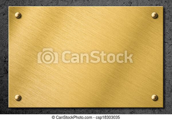 Placa de metal dorado o de metal de bronce o cartel en el fondo de la pared - csp18303035
