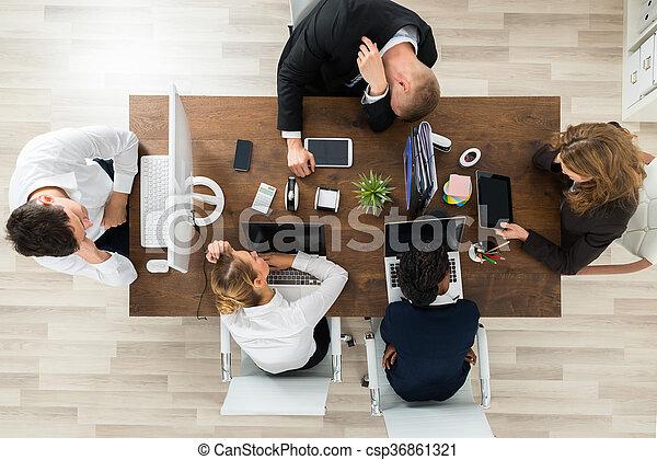 Dormir fatigué businesspeople bureau fatigué ordinateurs