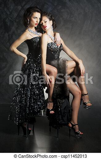 Dos mujeres lesbianas guapas, coquetas, deseos, seducción - csp11452013