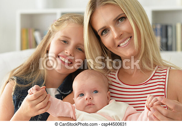 Madre con dos hijas - csp44500631