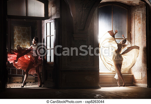 Dos mujeres sexy con hermosos vestidos - csp8263044