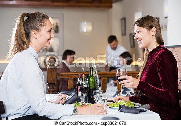 dos, reunión, restaurante, niñas - csp83621670
