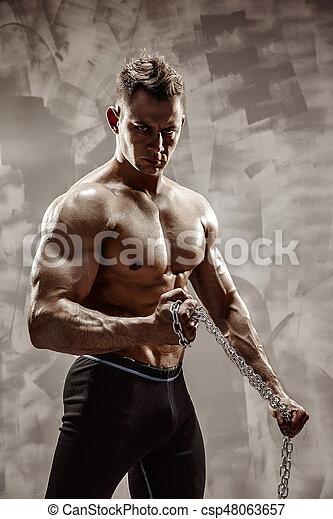 doskonały, ciało, samiec, łańcuch, capstrzyk, straszliwy, -, bodybuilder, utrzymywać, posing. - csp48063657
