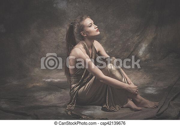 dourado, mulher, descalço, jovem, elegante, vestido - csp42139676