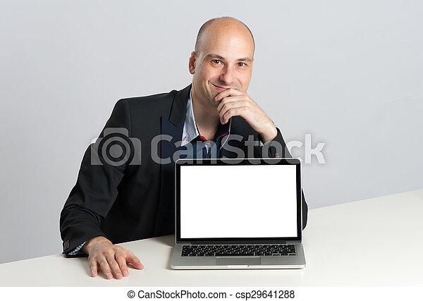 draagbare computer, man, het tonen, scherm, leeg - csp29641288