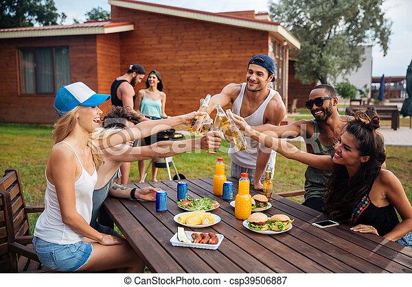 drau en leute junger heiter feiern bier party bilder fotografien und foto clipart. Black Bedroom Furniture Sets. Home Design Ideas