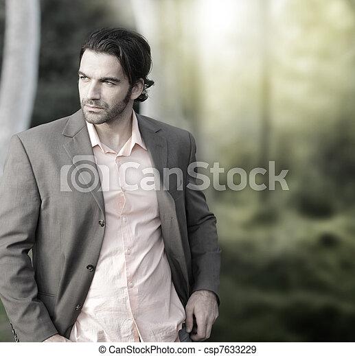Mann im Anzug draußen - csp7633229
