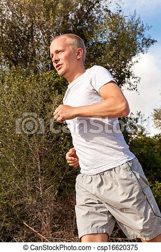 Athletischer Läufer joggen im Freien - csp16620375