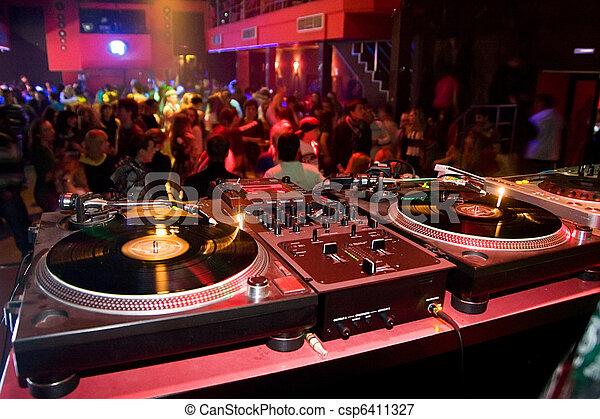 Turntables im Nachtclub - csp6411327