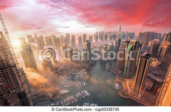 Dubai Marina mit farbenfrohen Sonnenuntergang in Dubai, vereinten Arab emirates - csp50338745