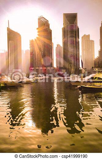 Luxus Dubai Marina gegen Sonnenuntergang in Dubai, vereint arab emirates. - csp41999190
