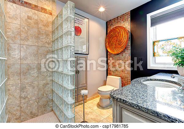 Baño brillante con ducha abierta. Un baño pequeño y ...